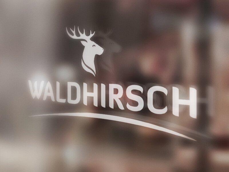Waldhirsch Logo auf Scheibe